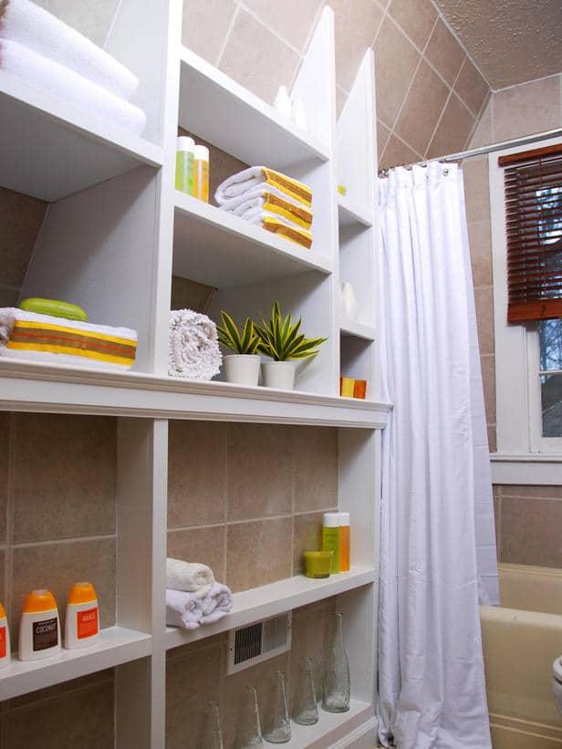 cacher un carrelage de salle de bain avec des étagères