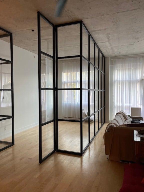 Mur vitré style verrière noire pour créer un bureau dans un salon