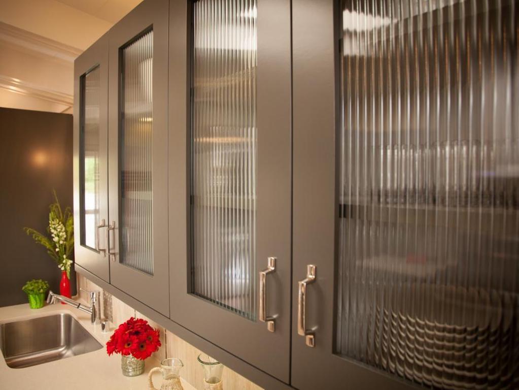 Armoires de cuisine grises portes en verre cannelé