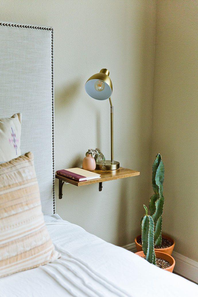 Table de chevet facile avec support d'étagères et planche