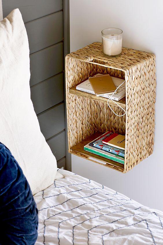 table de chevet avec panier accroché au mur
