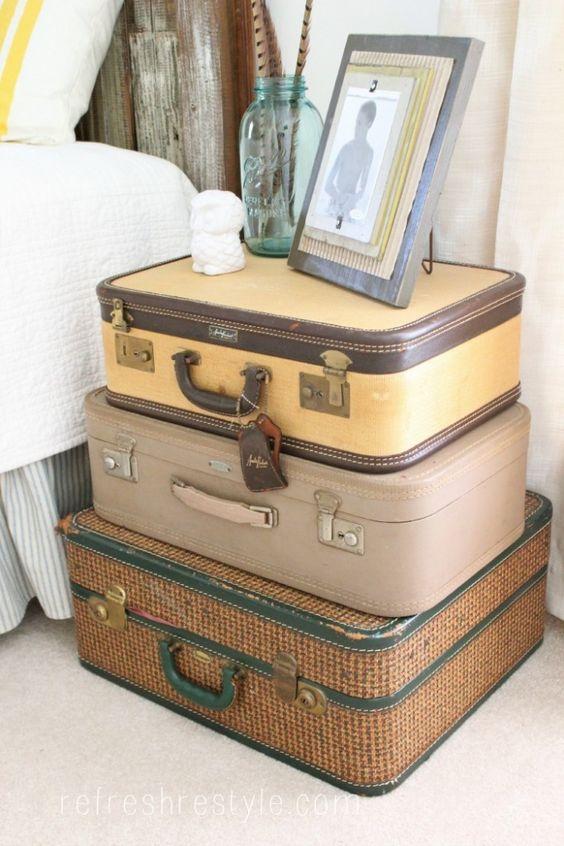 valises vintage empilées table de chevet